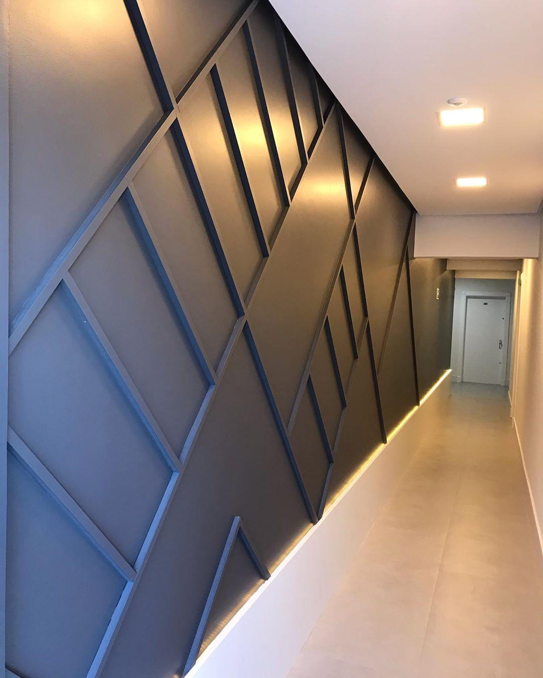 corredor com molduras de gesso na parede