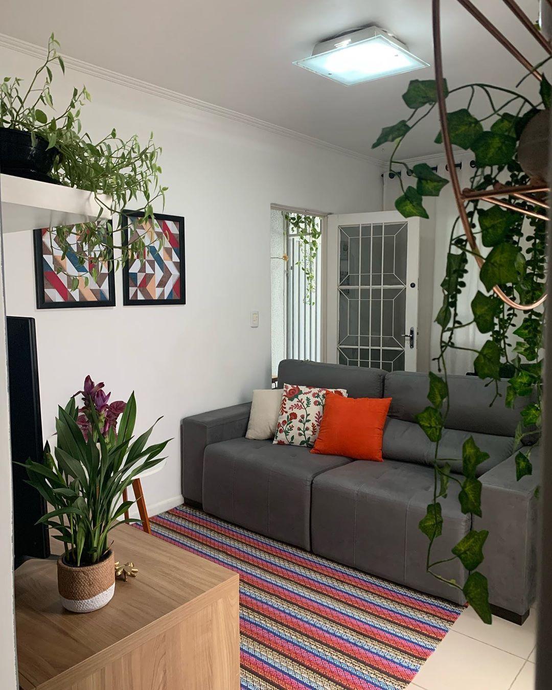 sofa cinza escuro com almofadas vermelhas