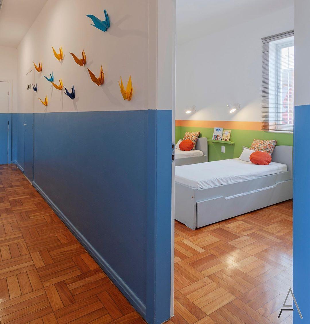 corredor com pintura em meia parede