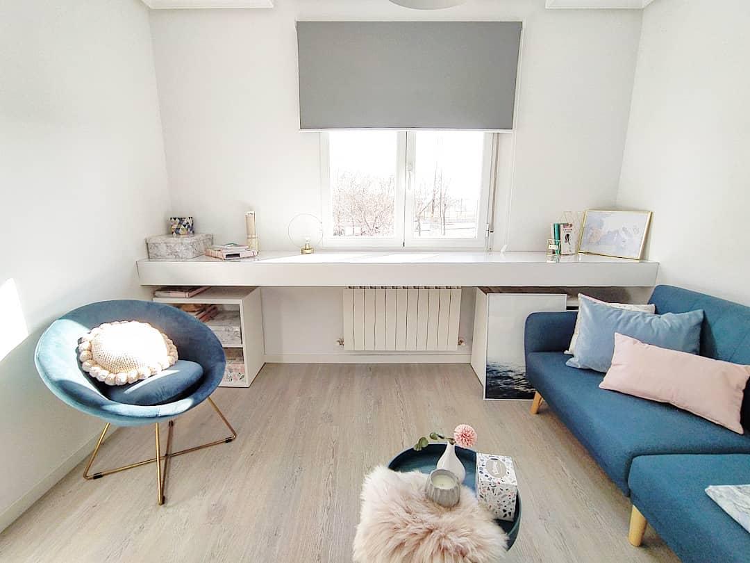 sala neutra com sofa azul