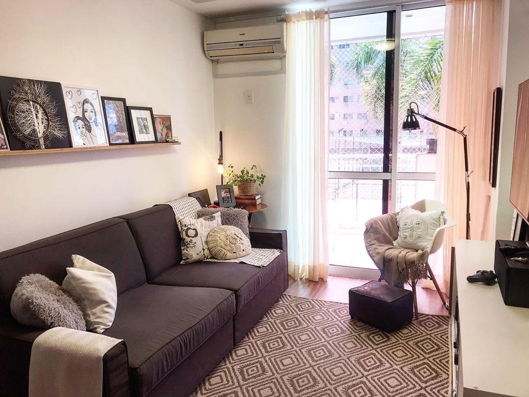 sofa cinza chumbo em sala pequena