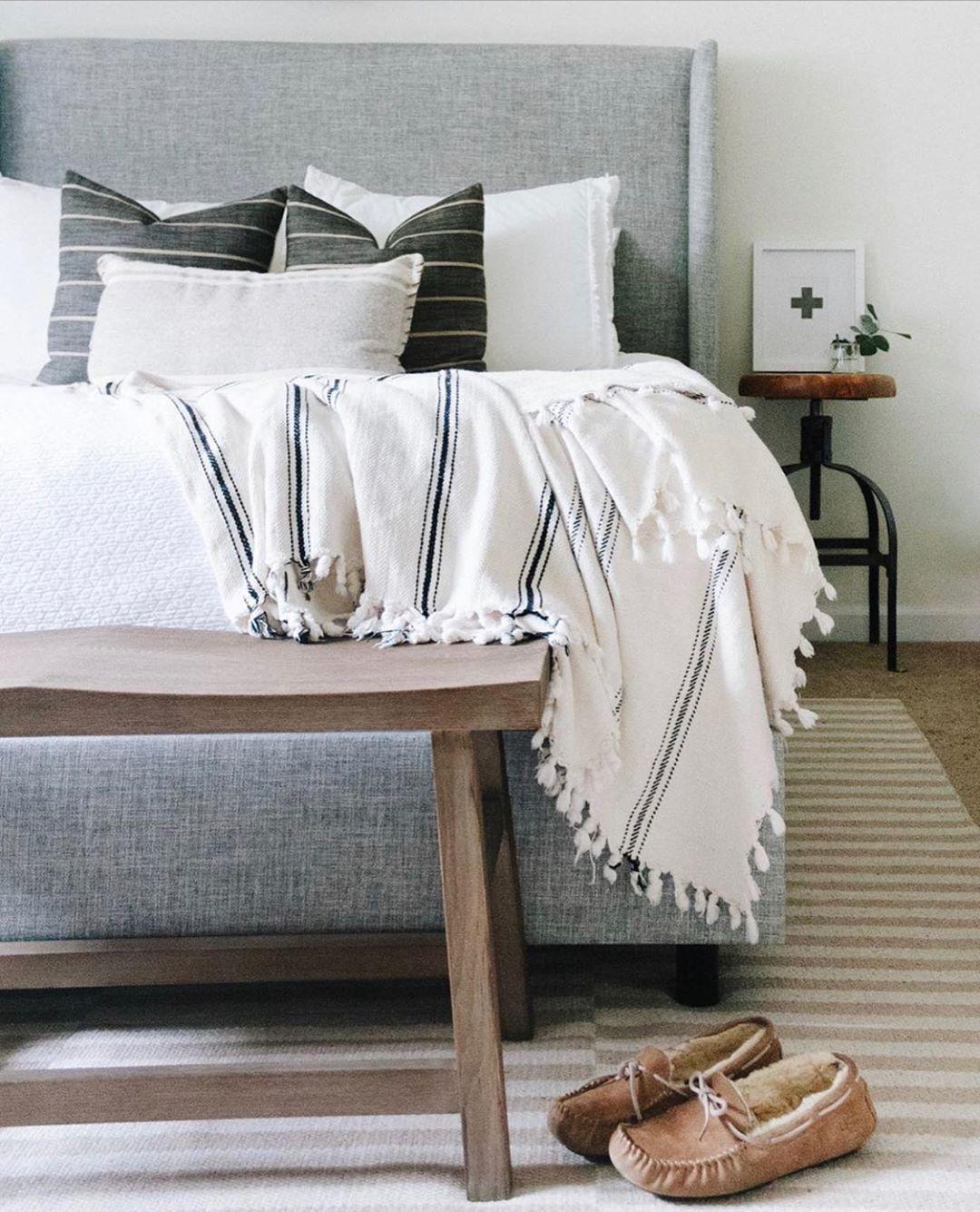quarto clean em tons de cinza e branco