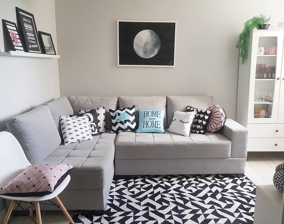 sofa de canto cinza claro com almofadas