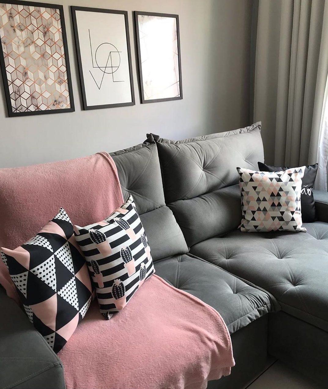 sofa com chaise cinza com decoração rosa