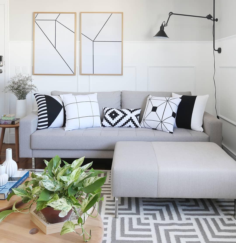 sofa cinza claro decorado com almofadas