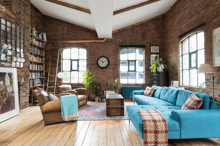 sala rustica com sofa azul turquesa