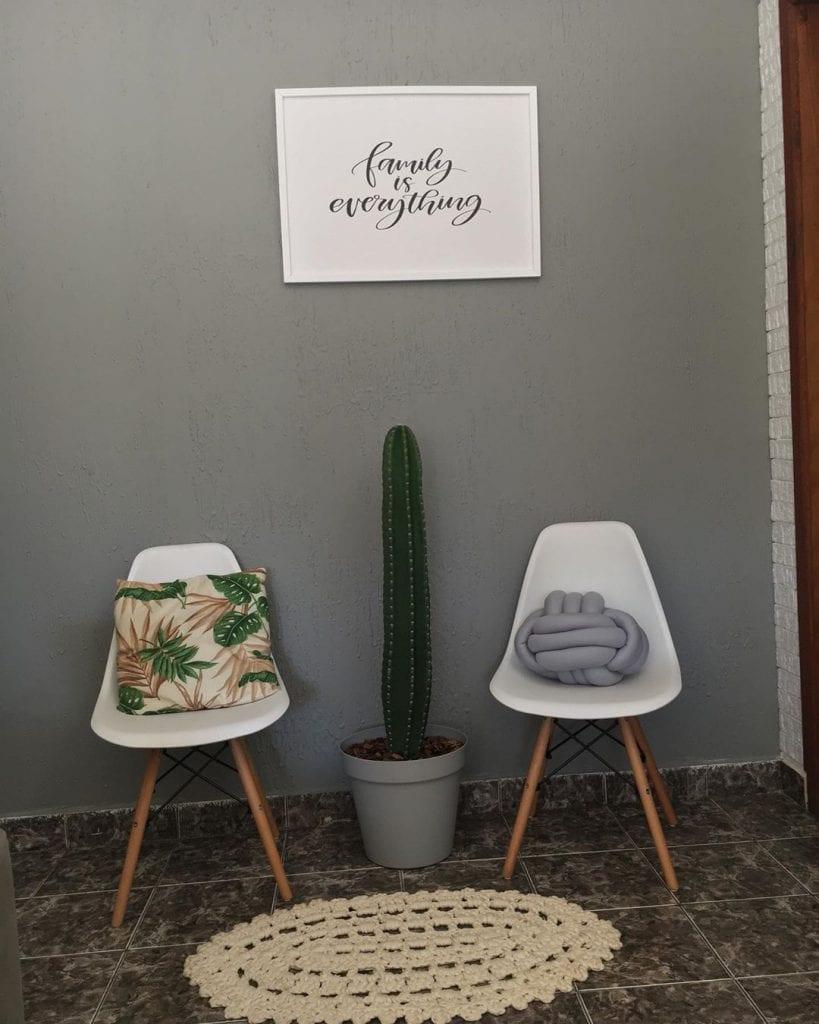 cacto entre duas cadeiras brancas