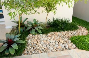 jardim com pedra seixo natural