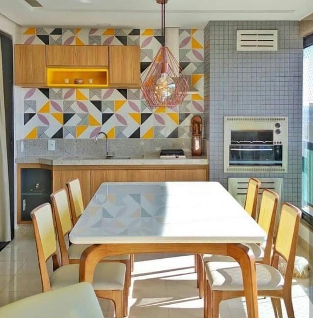 varanda com churrasqueira colorida em apartamento