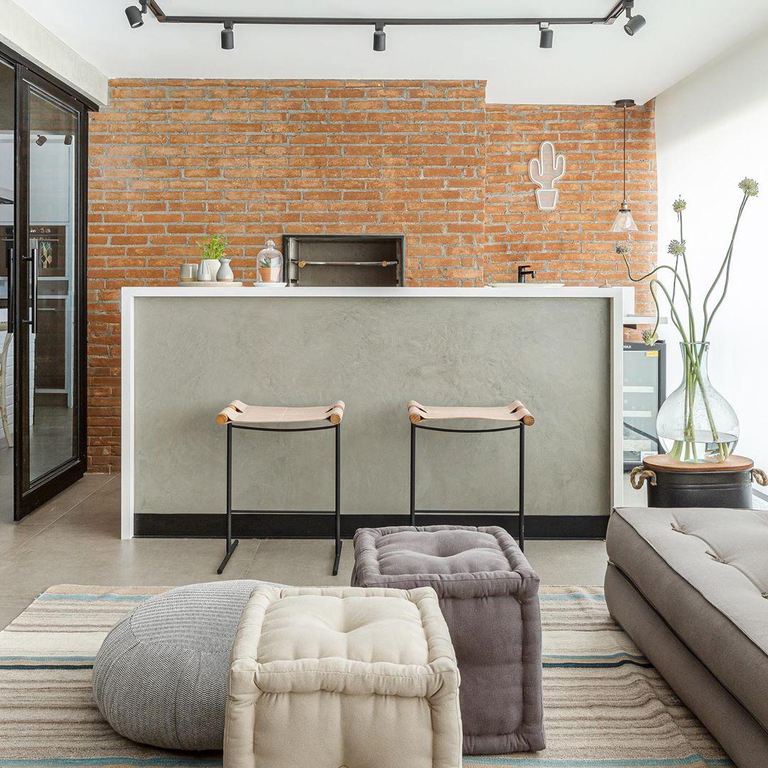 varanda com churrasqueira com parede de tijolinho