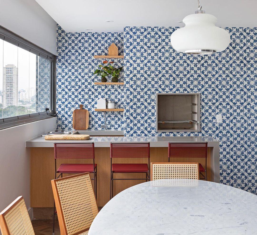 varanda com churrasqueira colorida e moderna