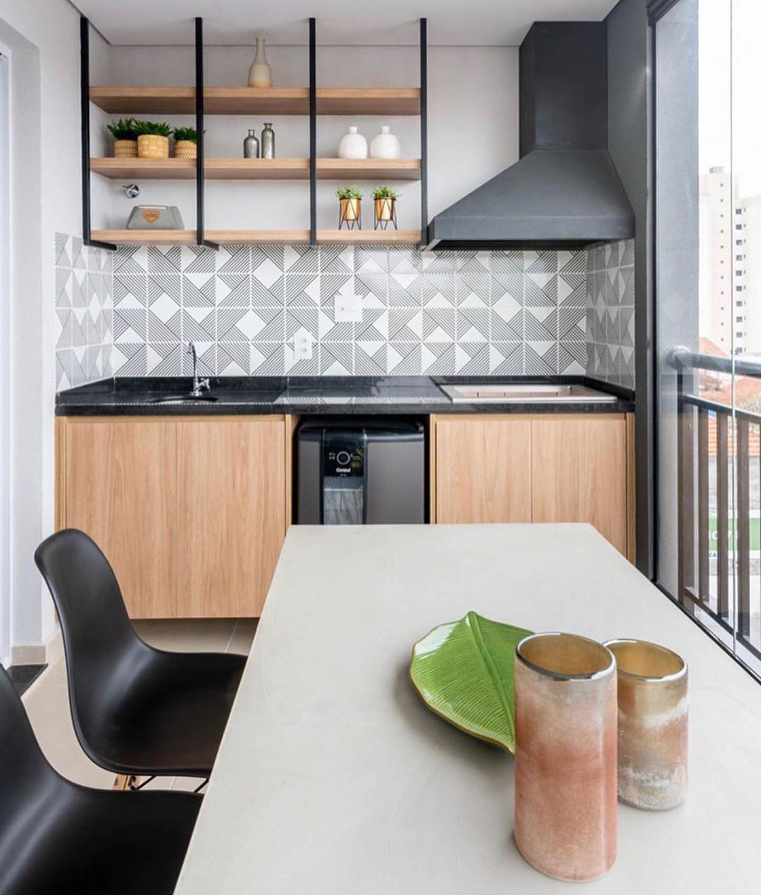 varanda com churrasqueira em madeira e preto clean