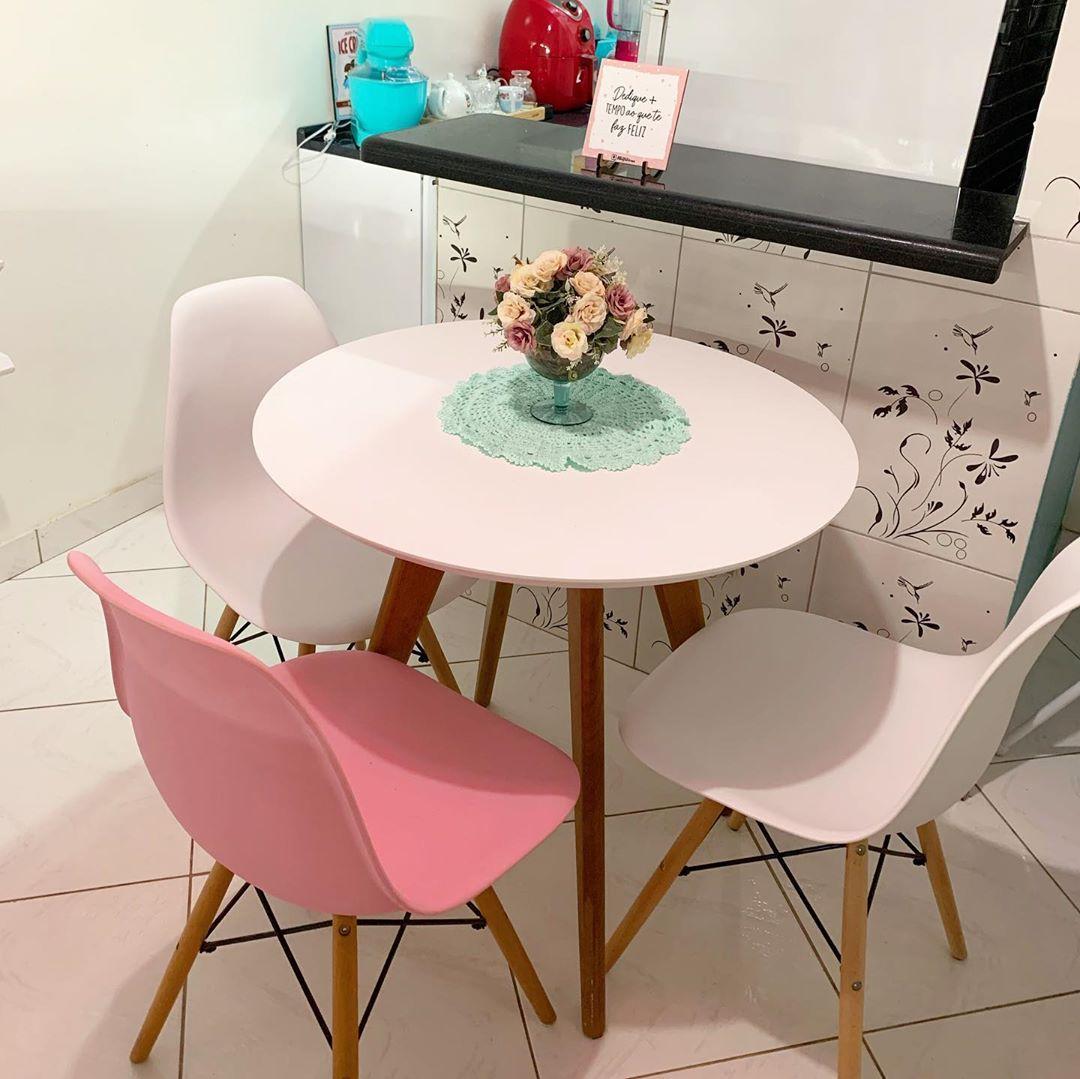mesa redonda pequena com 3 cadeiras