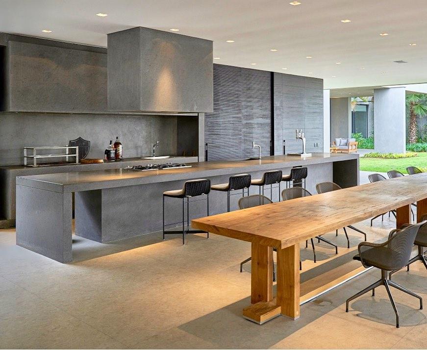 varanda com churrasqueira com mesa de madeira em área externa