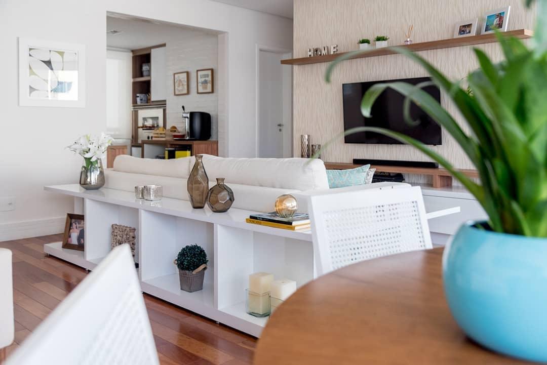 decoração atras do sofa com aparador branco