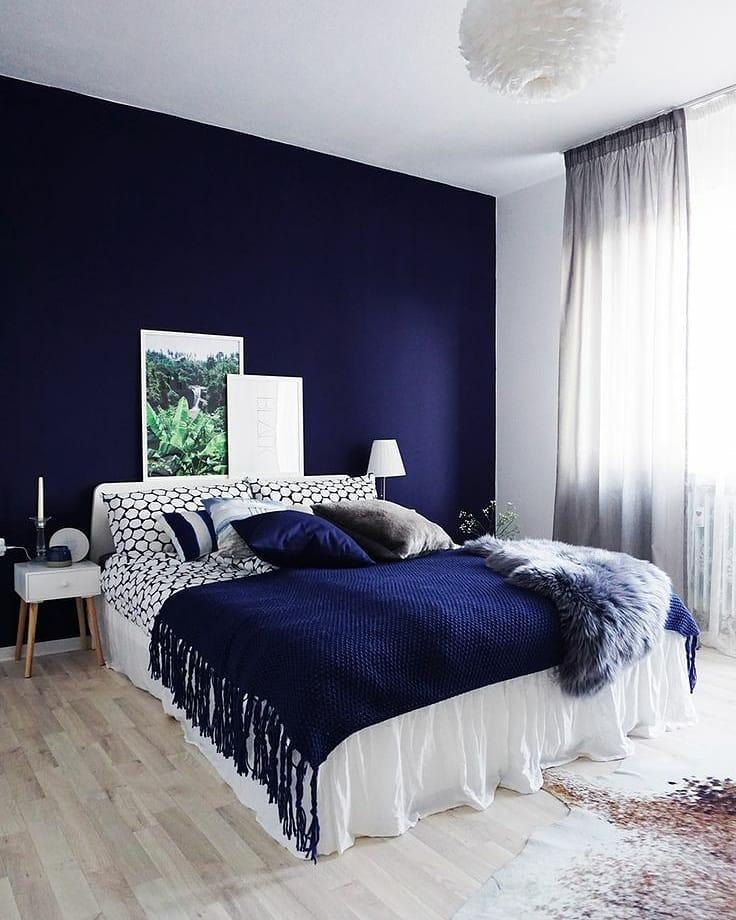 decoração de quarto com parede azul escuro