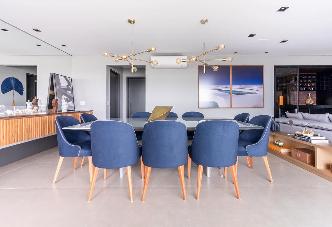 sala de jantar com cadeiras estofadas em azul