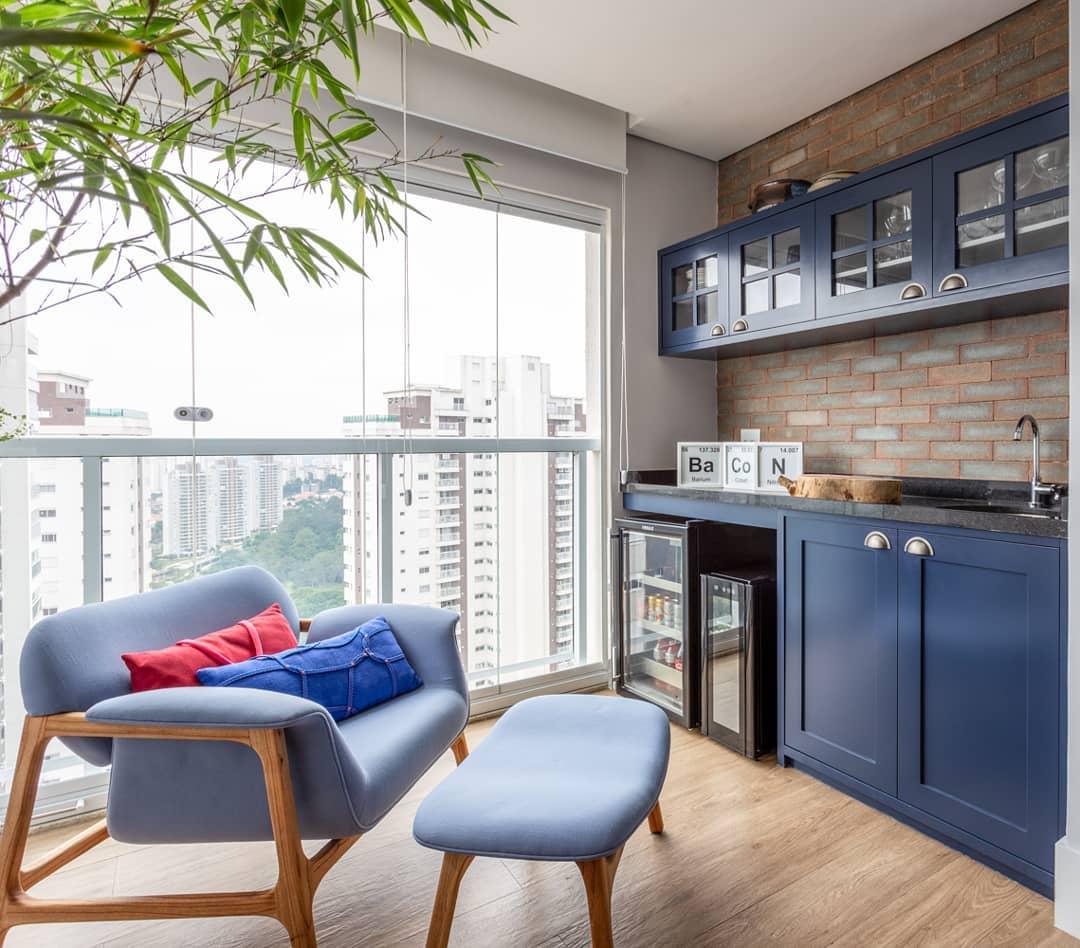 varanda gourmet em madeira e tons de azul