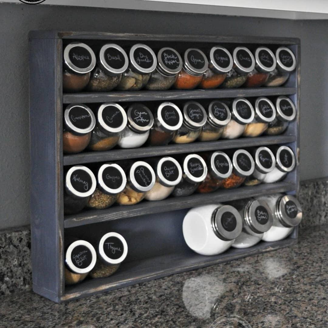 organizar temperos em potes de vidro em prateleiras