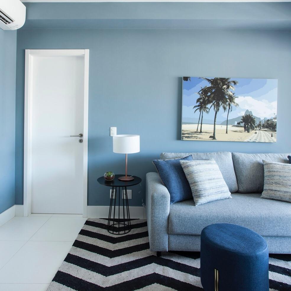 sala em tons de azul claro e sofa azul
