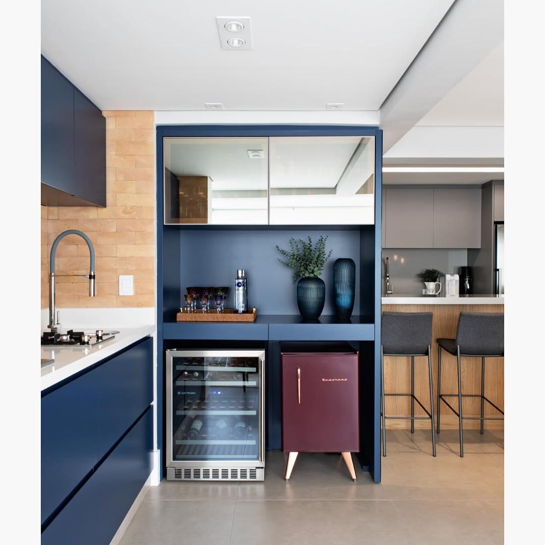 cozinha e adega em azul escuro