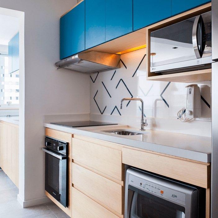 cozinha pequena em madeira clara com toque de azul nos armarios