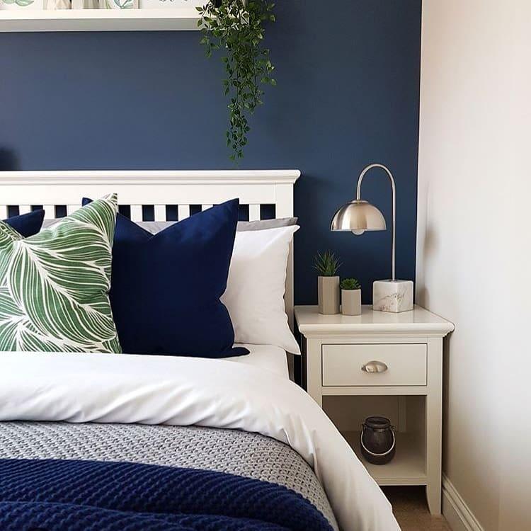 quarto com parede azul escuro