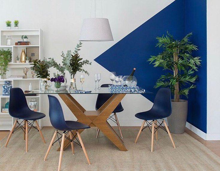 parede geometrica azul na sala de jantar