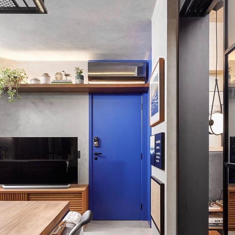 sala com porta azul