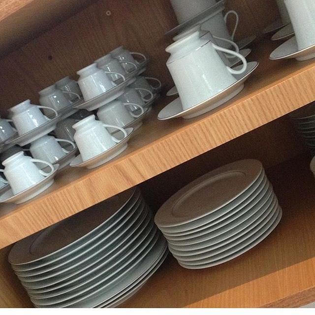 armario de louças de cozinha organizado