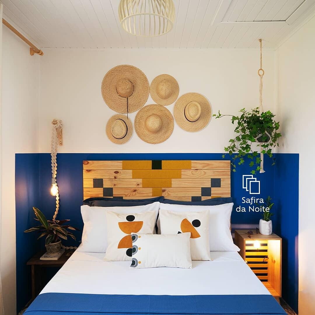 quarto com decoração rustica e meia parede em azul