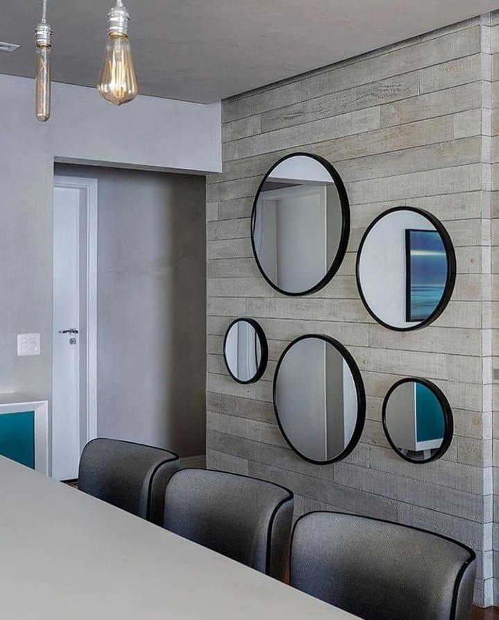 composição de espelhos redondos na parede de cimento