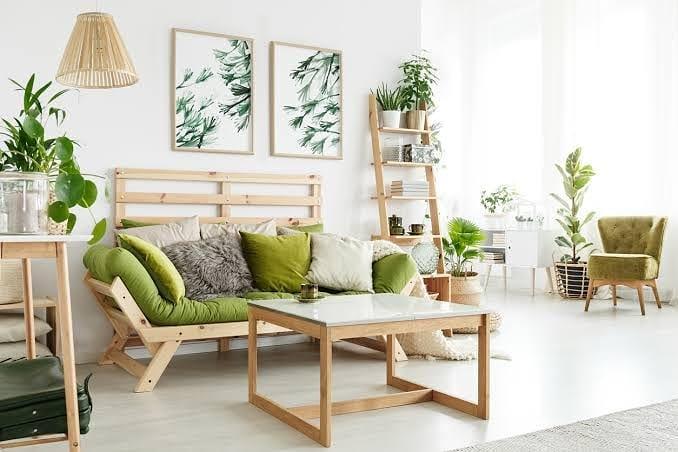 almofadas e toques verdes na decoração da sala