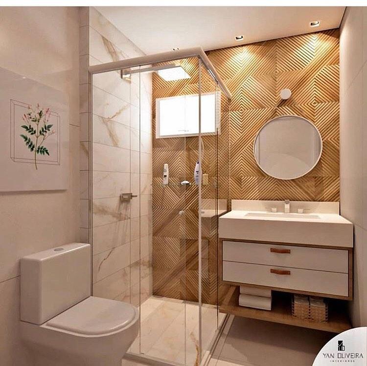 banheiro quadrado moderno com revestimento amadeirado