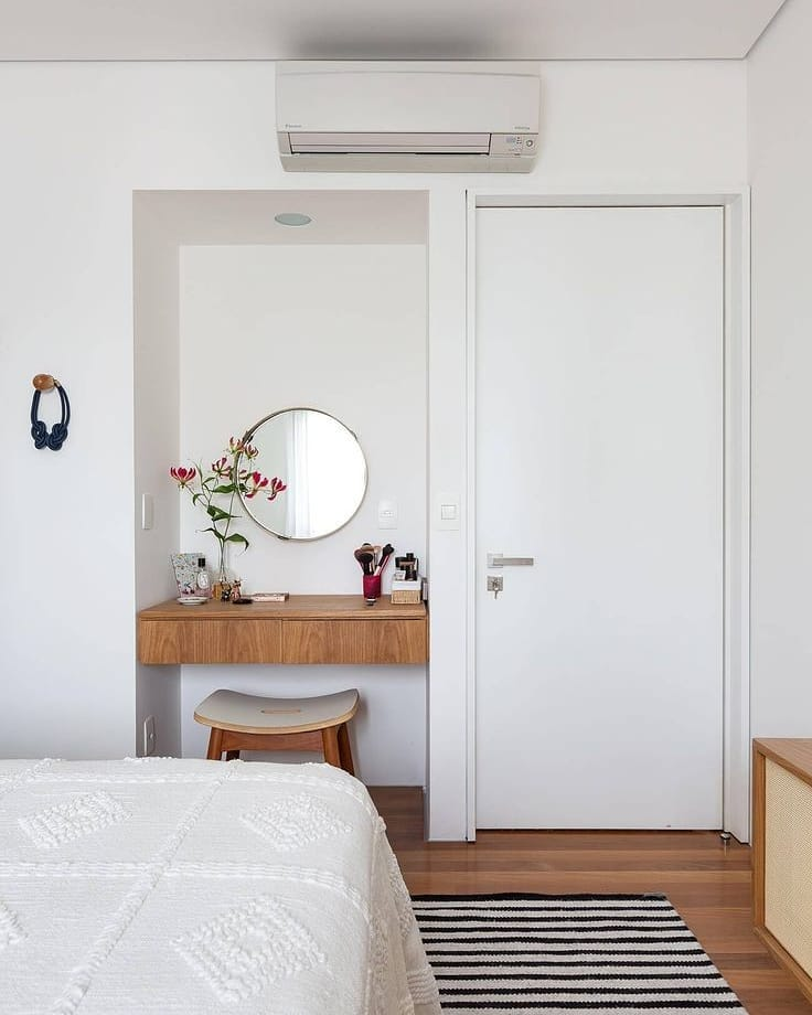 espelho redondo compondo um cantinho do quarto
