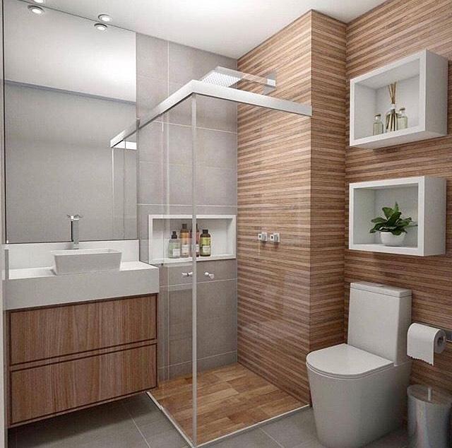 banheiro quadrado com revestimento amadeirado