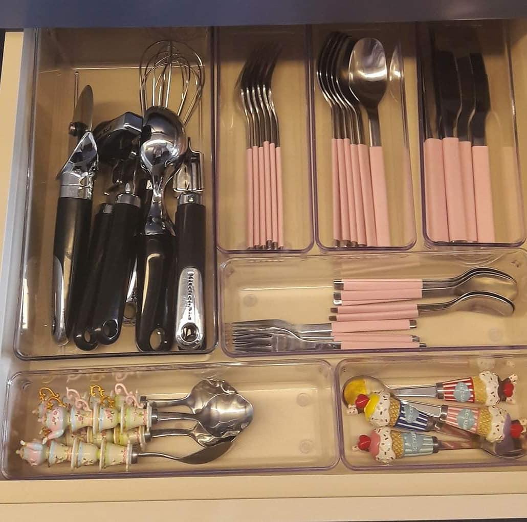 gaveta de talheres organizada