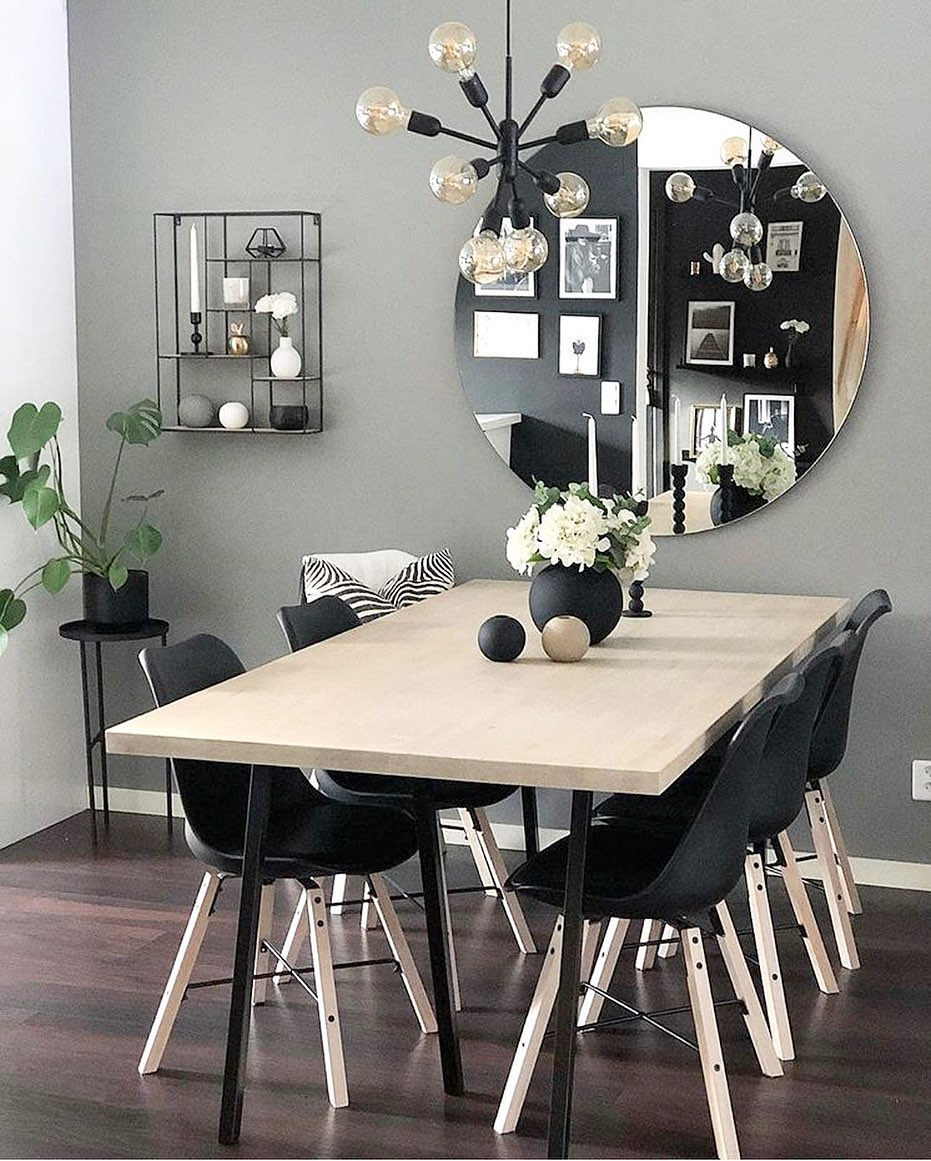 espelho redondo na mesa de jantar