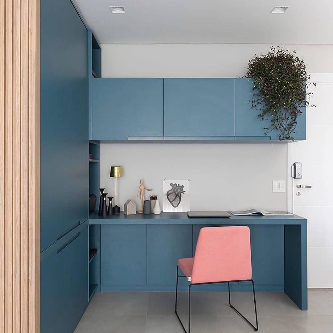 home office com marcenaria em azul