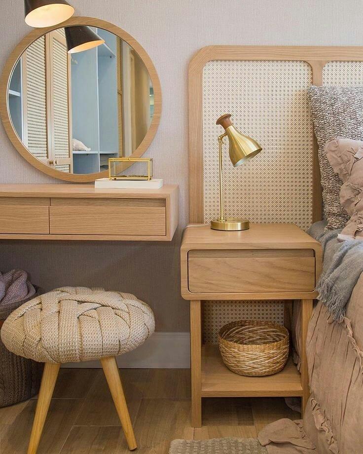 espelho redondo com moldura no quarto