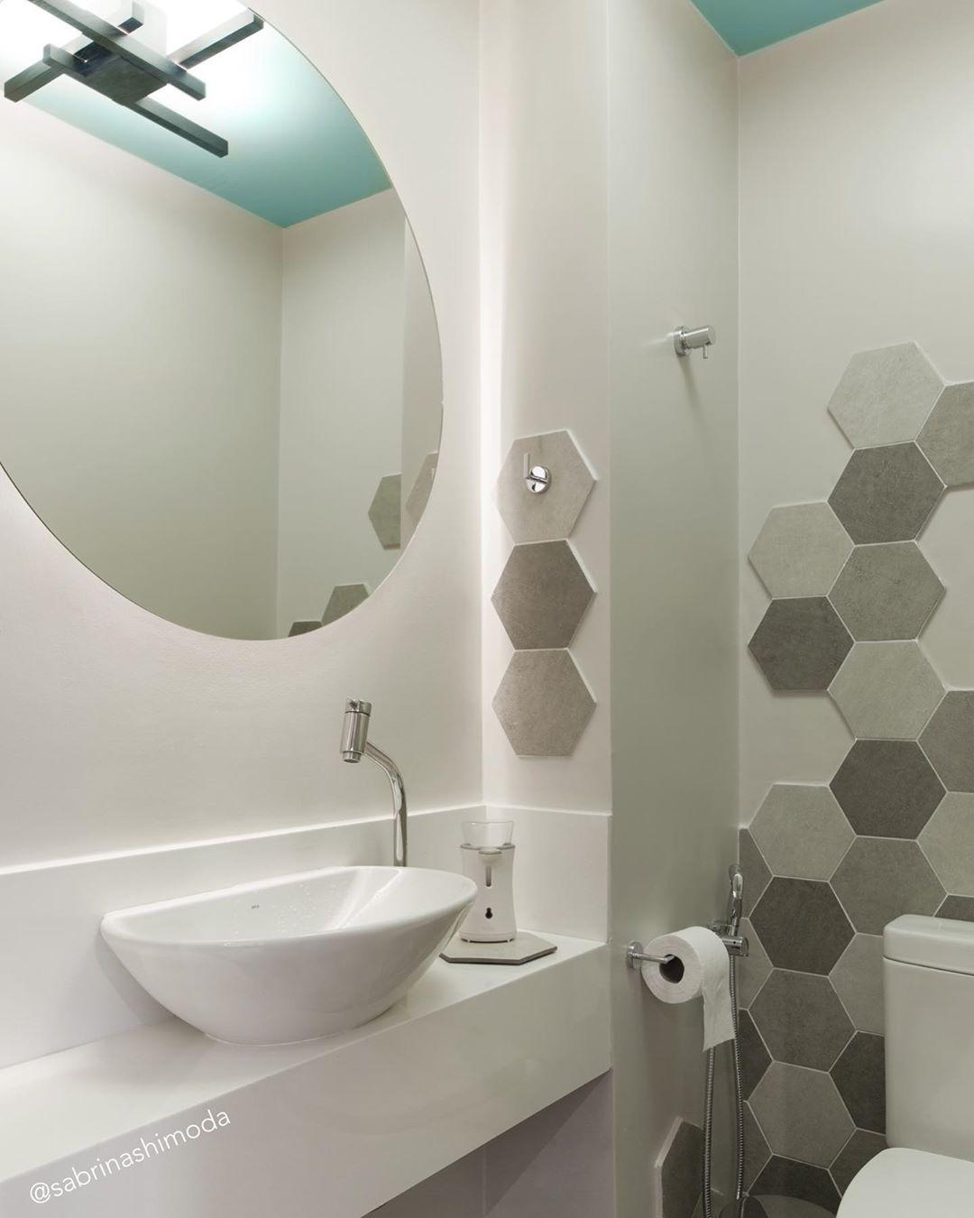 espelho redondo no lavabo