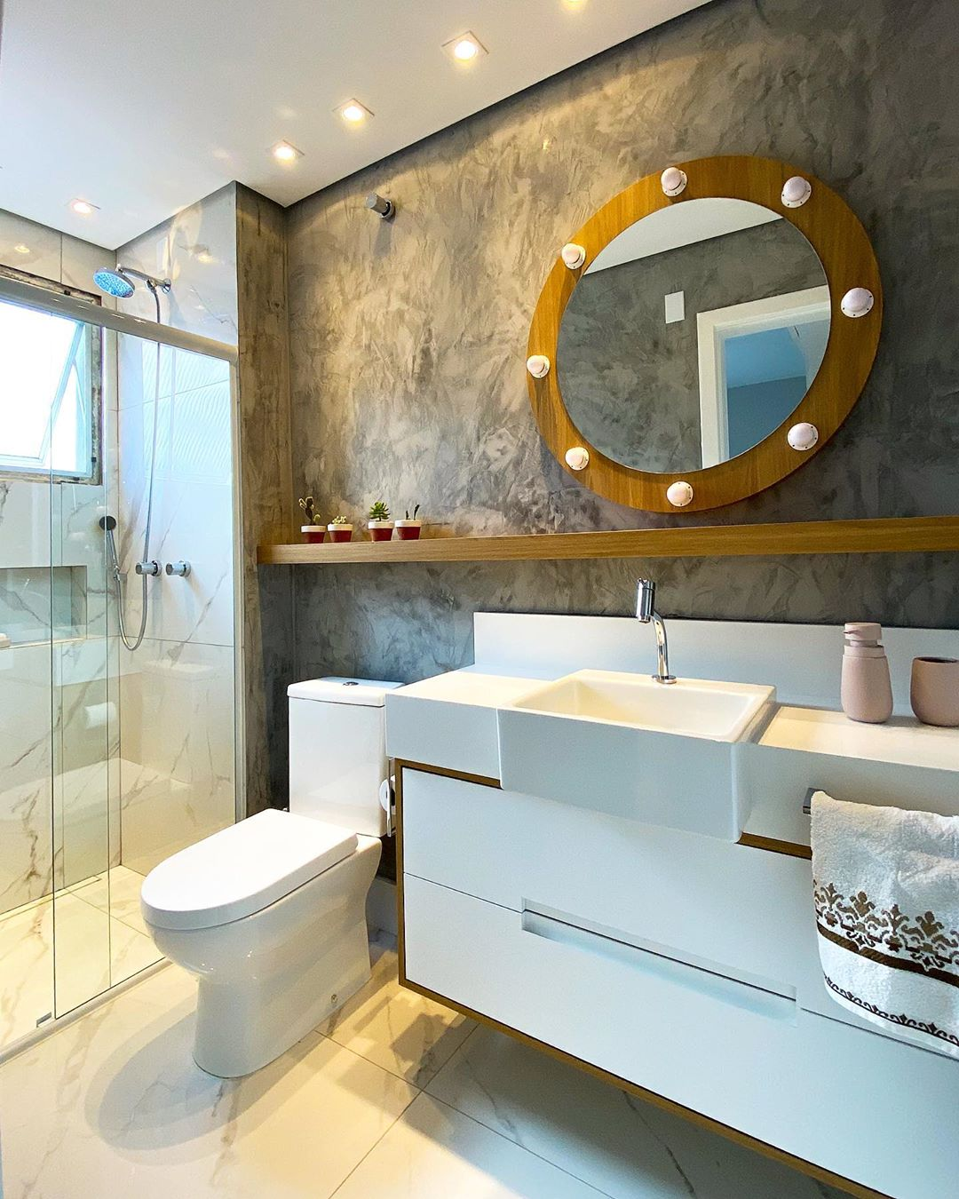 espelho redondo com moldura no banheiro