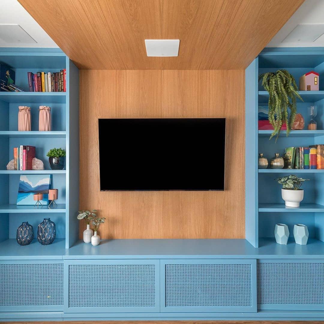 marcenaria da sala em tom de azul claro e madeira