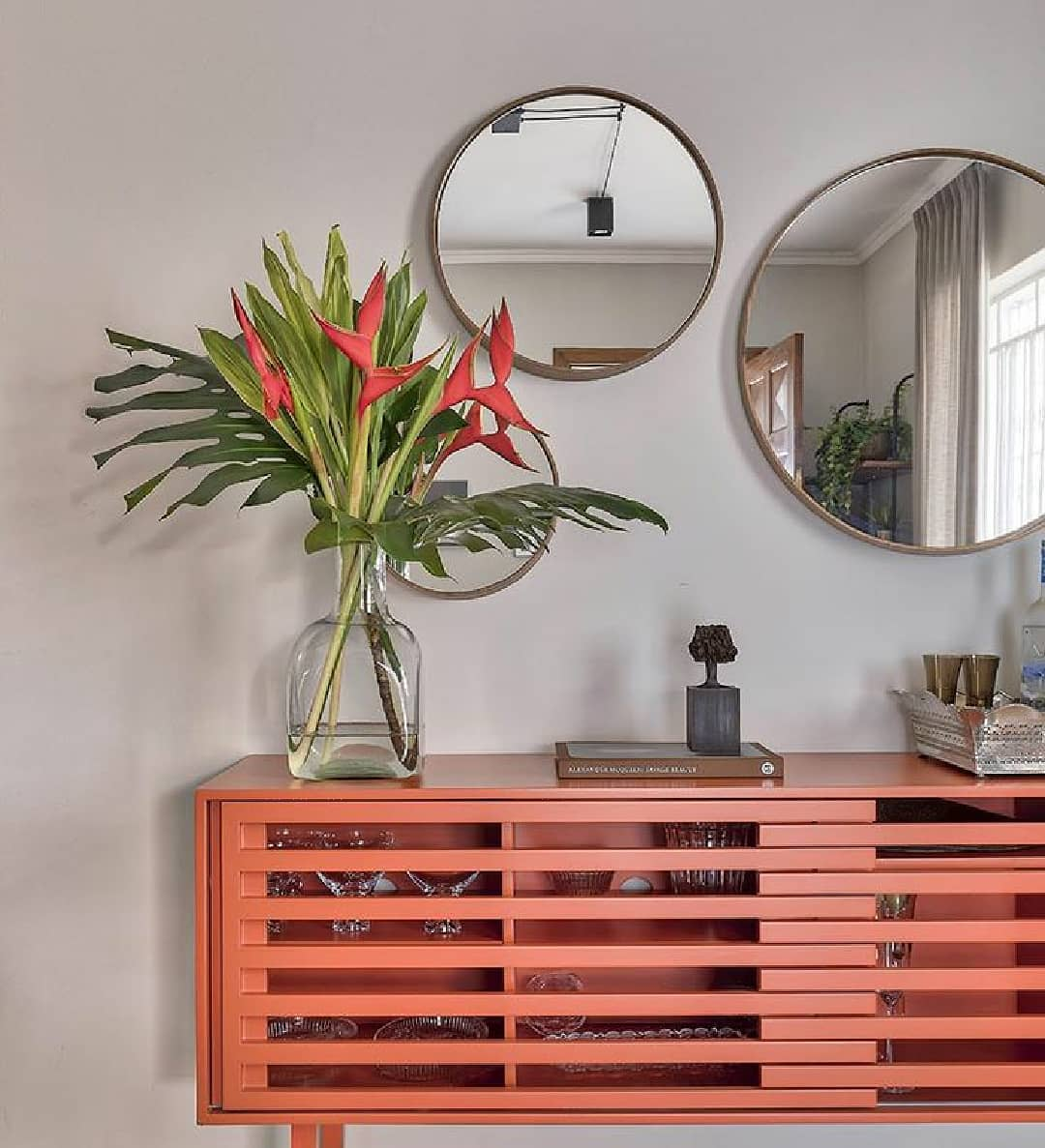 composição de espelhos redondos na parede