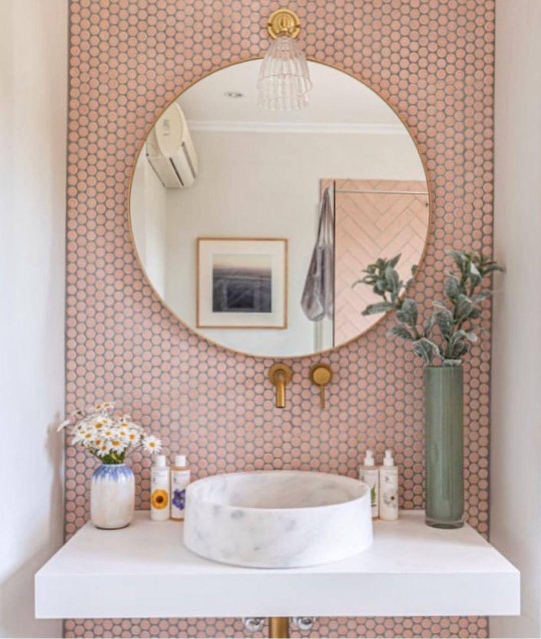 espelho redondo grande no lavabo