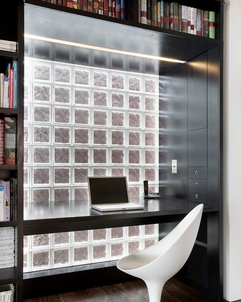 tijolo de vidro usado na parede do home office