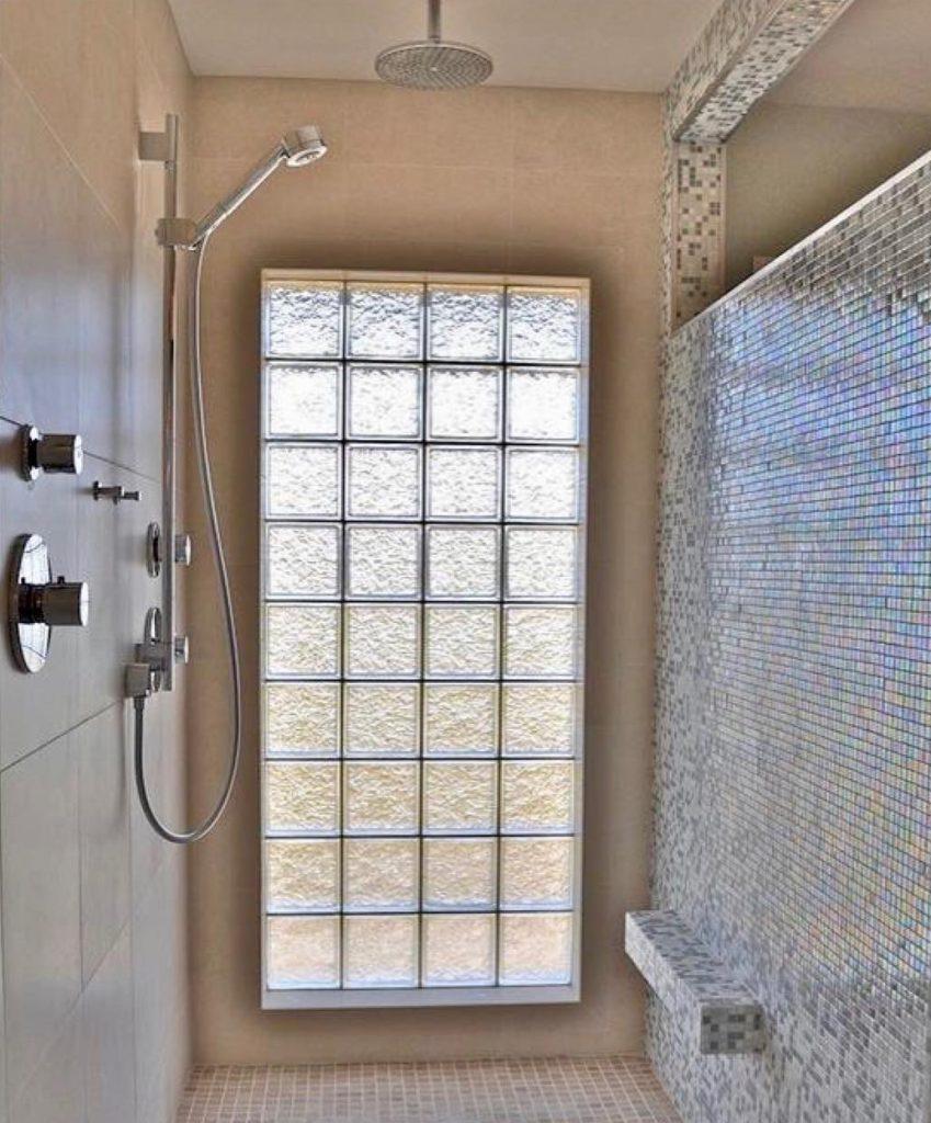 parede de tijolo de vidros no box do banheiro