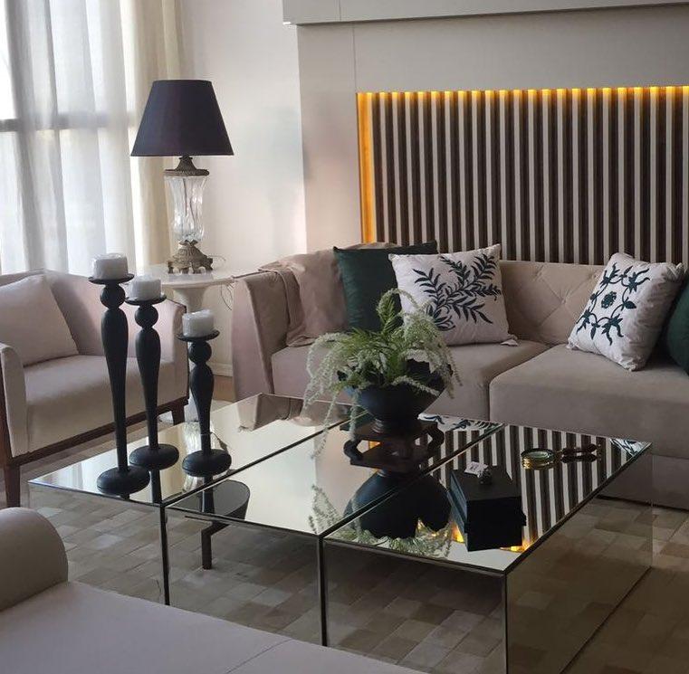 sala de estar moderna e tradicional com mesa de centro espelhada