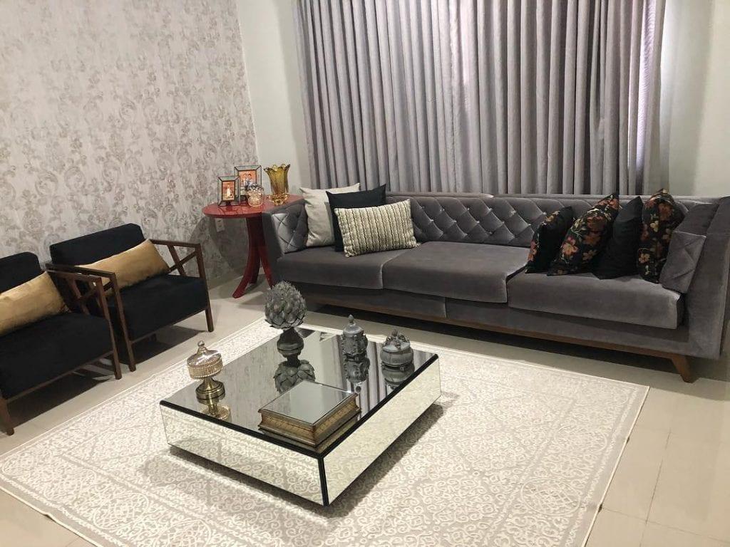 sala de estar grande com mesa de centro quadrada