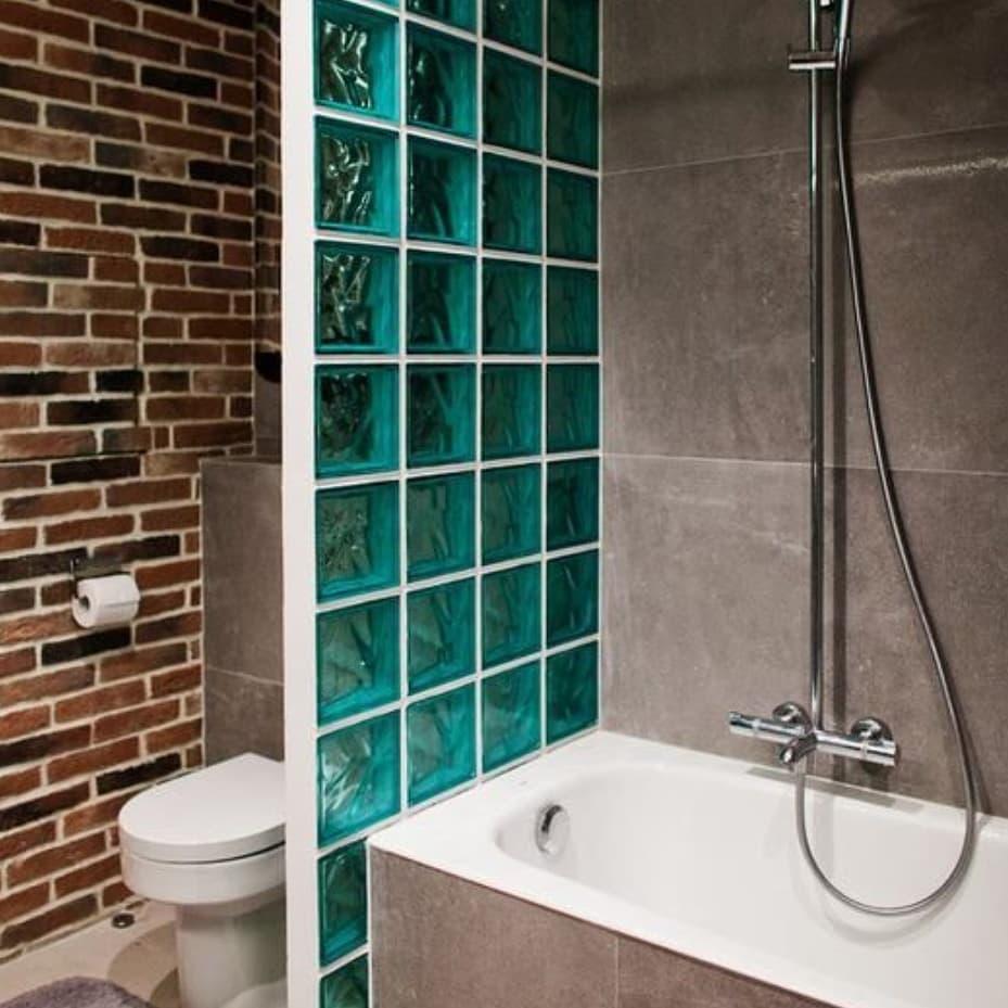 tijolo de vidro azul em box de banheiro